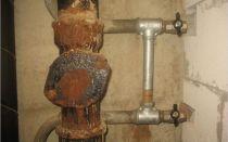 Как заделать трещины и отверстия в чугунной канализационной трубе